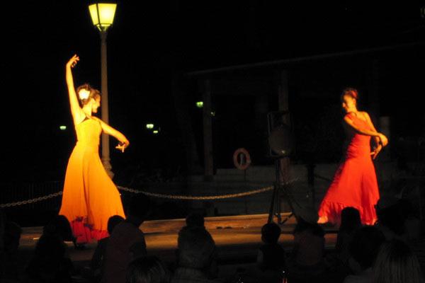 Испанские девушки, танцующие фламенко.