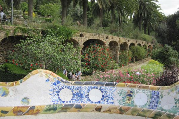 Мост в парке Гуэль.