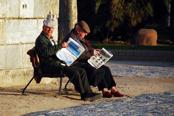 Пенсионеры уделяют много времени чтению газет. Фото: flickr.com/question_everything