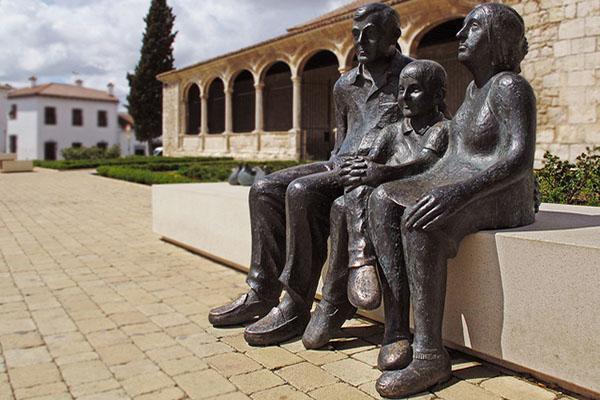Памятник семье.
