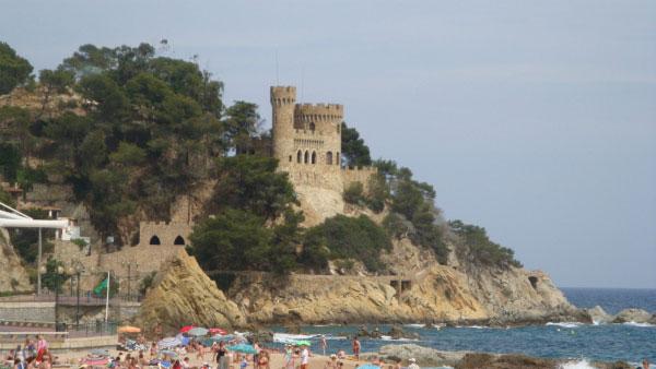 Замок украшает пляж.