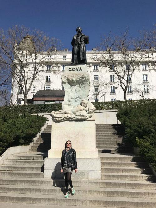 У памятника Гойя.