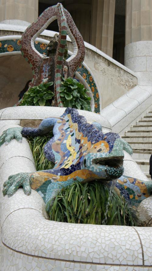 Скульптура ящерицы.