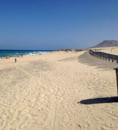 Песок на берегу моря.