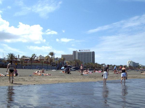 Пляж рядом с отелем.