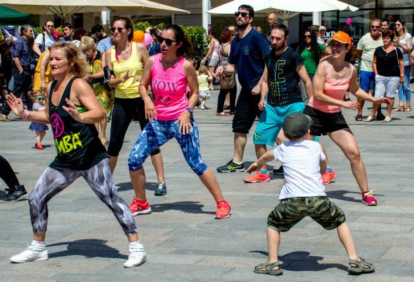 Танцы на площади.