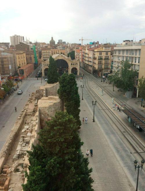 Рынок и римская стена.