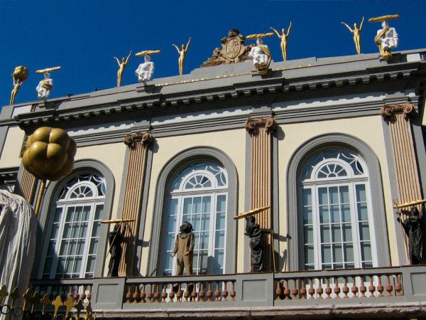 Скульптуры на балконе.