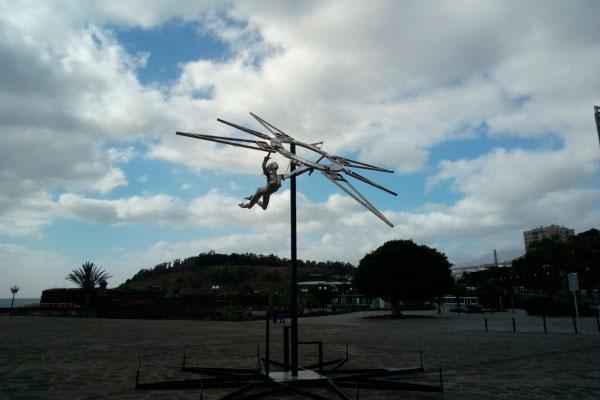 Скульптура летящей девушки.