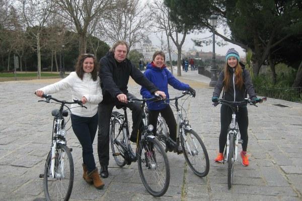 Компания на велосипедах.
