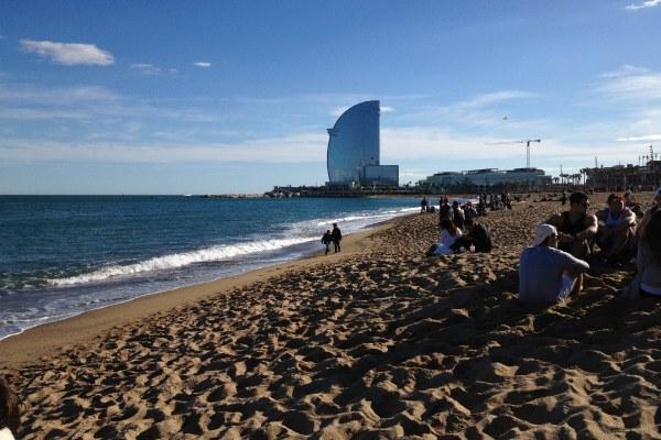Компания на пляже.