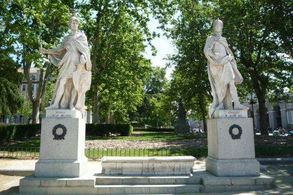 Скульптуры правителей.
